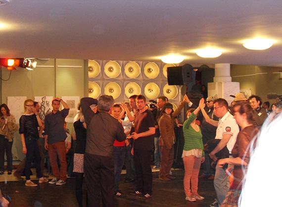 A tánclépések elsajátítása közben. Az esemény egy flashmobbal zárult, ami szemléltette a résztvevők előtt, hogy dobban egymásért a fiatalok szíve.