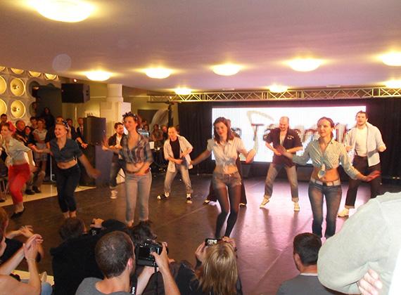 A táncolni tanuló fiatal résztvevőket lezavarva a színpadról következett a rákábili táncbemutató.