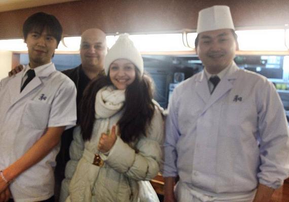 Ő és édesapja az éttermi dolgozókkal is fotózkodtak.