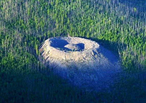 A patomszki kráter egy közeli folyó után kapta a nevét, miutánVadim Kolpakov geológus felfedezte 1949-ben. Azóta számos vizsgálat zajlott a helyszínen, de még mindig nincs egyértelmű magyarázat a jelenségre.