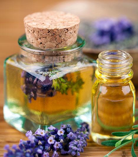 LevendulajolajA levendulaolaj nyugtatja a bőrt és csökkenti a gyulladásokat. Mivel töményen alkalmazva bőrirritációt okozhat, inkább hígítsd fel vízzel, vagy gazdagítsd vele az arckrémedet. Az is segít, ha a fürdővizedbe csepegtetsz egy keveset. A levendula a stresszt is oldja, ami a pattanások kialakulásának egyik legfőbb okozója.