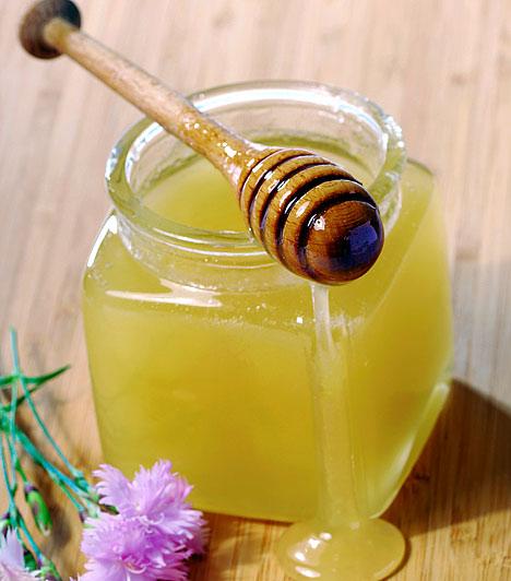 MézA méz gyulladáscsökkentő, fertőtlenítő hatású, és értékes vitaminokat is taralmaz, amelyek a bőrön keresztül felszívódva meggátolják a pattanások kialakulását. Használhatod koncentráltan, egy-egy cseppet a már kialakult pattanásra téve, vagy megelőzésképpen az egész arcon: gazdagítsd vele az arckrémedet, vagy keverd el zabpehellyel, hogy kíméletes, tápanyagban gazdag arcradírt kapj.