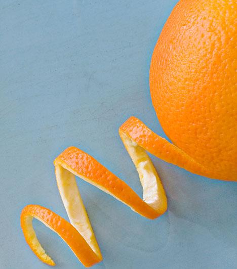 Narancshéj  A narancs héja gyulladáscsökkentő és fertőtlenítő hatású is, így valóban látványos segítséget nyújt a pattanások elleni harcban. Reszeld durvára, és keverd az arcradírodhoz vagy dúsítsd vele az arckrémedet - egyszerre csak akkora mennyiséget, amit rögtön fel is használsz, különben a krémben ázó narancshéj megromlik.    Kapcsolódó cikk: Mitesszerek ellen otthon »