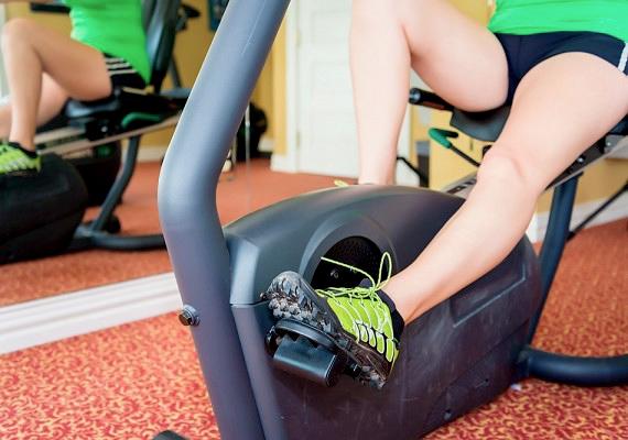 Jó, ha rászánod magad, hogy rendszeresen mozogj, de ne az legyen az első lépés, hogy házi fitneszgépet vásárolsz, mert amilyen drága, olyan ritkán fogod használni.
