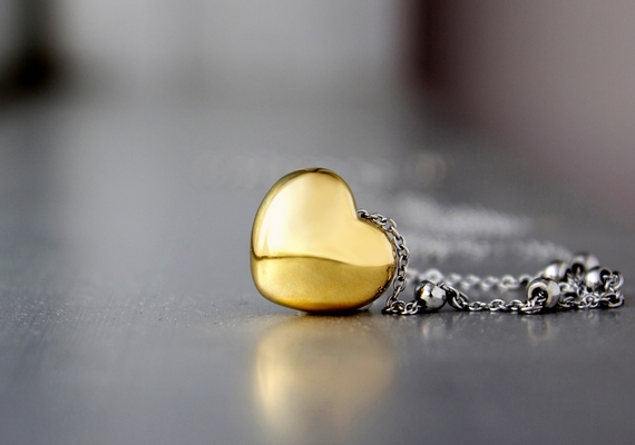 Mindig tarts magadnál valami apróságot, ami aranyból van, például egy kis medált. A hiedelem szerint az arany még több aranyat vonz magához, ezért gazdagsághoz vezet.