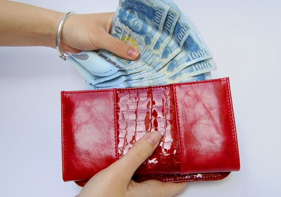 Úgy tartják, a piros a gazdagságot jelképezi, ezért érdemes ilyen színű pénztárcát használnod. Fokozhatod a hatást, ha a tárca bőrből készült.