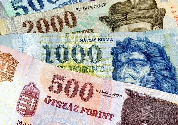 Az sem mindegy, hogyan rendezed el a már meglévő bankjegyeket! Mindig ugyanabba az irányba nézzenek, és kisimítva, érték szerint csökkenő vagy növekvő rendben sorakozzanak a tárcádban!