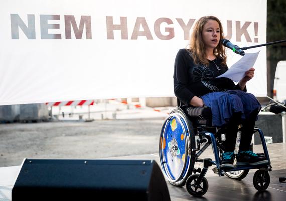 A Pető Intézet egykori diákjának, Hatta Mariannak a beszéde szeptember 22-én, a Pető Intézet megmentéséért szerveződött tüntetés alkalmával.