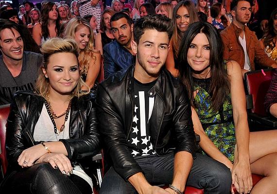 Hiába ültek más sorokba a Jonas fivérek, Joe tett róla, hogy ne maradjon le Nick fotójáról.