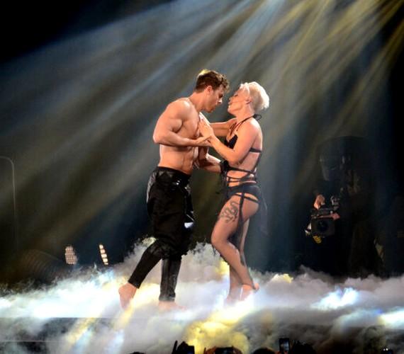 Büszke sportos testére: a színpadon is előszeretettel mutatja meg magát.