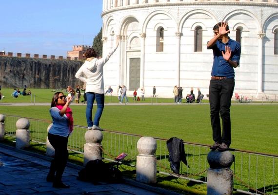 Azt értjük, hogy egy újabb megtámasztós fotó a cél, de a torony pont az ellenkező irányban van, mint amerre a férfi pózol.