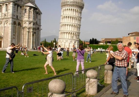 Általában kétféle ember található meg a toronynál: egy, aki a megtámasztását imitálja, és egy, aki a műveletet fotózza.