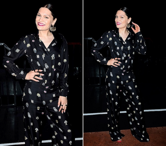 Így nézett ki Jessie J a mintás, fekete selyempizsamában. A 26 éves énekesnő szereti a formabontó ruhadarabokat.