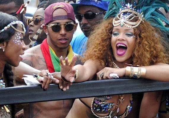 Rihanna és Lewis Hamilton egyre többször mutatkozik együtt, és bár egyikük sem erősítette meg, de nem is cáfolta, hogy alakul köztük valami. Legutóbb egy barbadosi karneválon fotózták le őket, ahol Hamilton Rihannán kívül más nőkkel is táncolt, de később tagadta, hogy bármelyik másik lányhoz romantikus szálak fűznék.