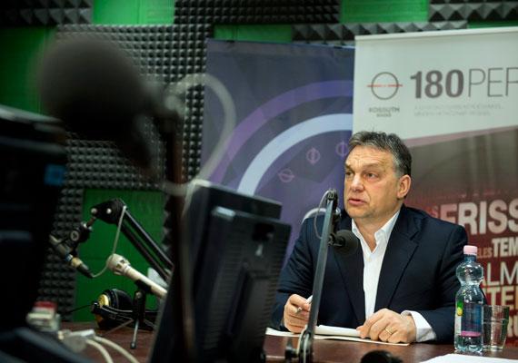 Tavaly októberben a netadó bejelentésével kezdődtek el a kormánypárt apró bukásai. Ekkor fordult elő először, hogy Orbán Viktor látványosan meghátrált egy kérdésben, amikor bejelentette, elállnak az új adónem bevezetésétől. Egészen eddig a pontig nem láthattunk a miniszterelnöktől ilyen látványos visszavonulót. Akik addig állhatatossága miatt szerették a kormányfőt, biztosan csalódtak.