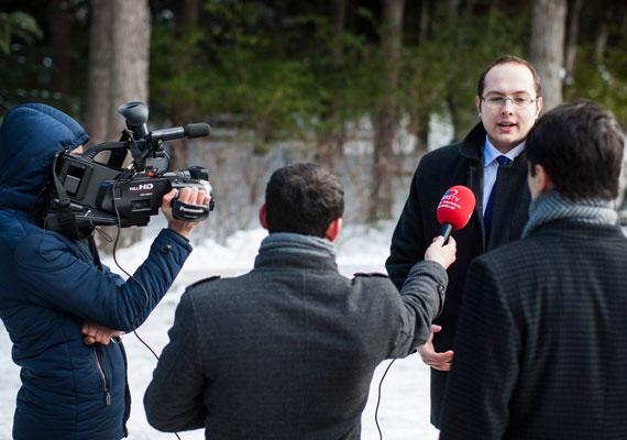 Az Index tudta meg, hogy Veress Áron volt az, akit pár hete értek tetten a Keleti pályaudvaron hamis eurókkal, majd a lakásán még több hamis pénzt találtak. A Fidesz ezután tagadta, hogy a párt ifjúsági szervezetének az elnöke lenne, de az internet memóriája kibabrált velük, és sorozatban kerültek elő az ennek ellenkezőjéről tanúskodó fotók, beszámolók. Így duplán kínos helyzetbe került a kormánypárt.