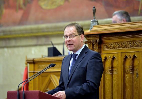 Navracsics Tibor még közigazgatási és igazságügyi miniszterként ismerte el, engednek az uniós kifogásoknak, és változtatnak az adatvédelmi törvényen. Így 2012-ben megszüntették azt a rendelkezést, hogy az államfő a miniszterelnök javaslatára felmentheti a Nemzeti Adatvédelmi és Információszabadság Hatóság elnökét, ha az három hónapon túlmenően képtelen eleget tenni feladatainak.