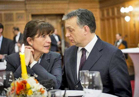 Lévai Anikó és Orbán Viktor bensőséges viszonyáról árulkodik a miniszterelnök érintése. A fotón éppen Leslie Mandoki születésnapi köszöntésén vettek részt.