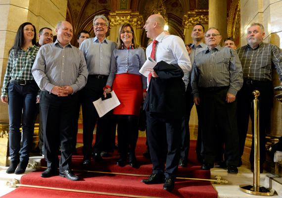 Az MSZP-frakció tagjai a Parlamentben fényképezkedtek.