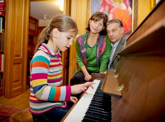 A kormányfő feleségével, Lévai Anikóval és kislányával.