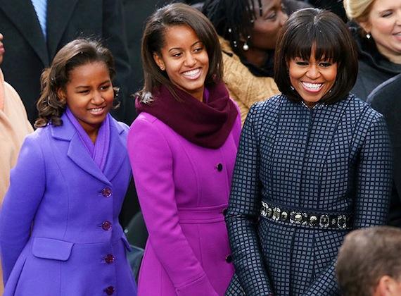 Az amerikai first lady, Michelle Obama büszkén pózol két gyönyörű lányával, Maliával és Sashával, akik szinte mindig ott vannak a háttérben szüleik nyilvános szereplései során.