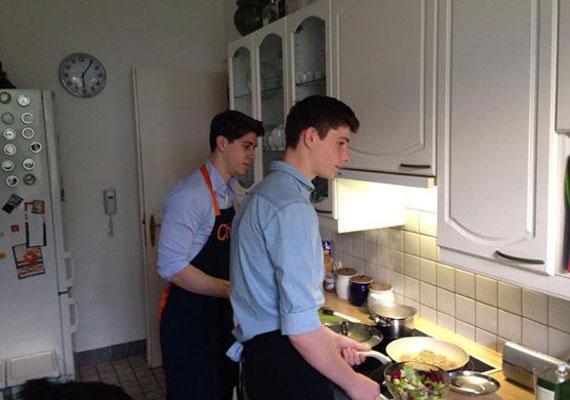 Felismernéd Gyurcsány fiait az utcán? Nem? Ez nem véletlen, ugyanis a DK elnöke kevés képet tesz közzé róluk. Három gyermeke közül kettőt a konyhában kapott lencsevégre Gyurcsány.