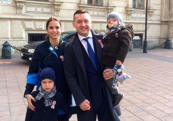 Rogán Antal képtelen akár egy lépést is tenni a családja nélkül. Ahova a gyerekek nem kísérhetik el a belvárosi polgármestert, oda csak felesége tart vele, de valamely családtagja nélkül alig látható. A közösségi oldalt gyakorlatilag családi albumként használja a Fidesz frakcióvezetője. Idén március 15-én is teljes volt a létszám, amikor a belvárosi rendezvényeken vettek részt Rogánék. Az azonban meglepő, hogy Rogán az előző házasságából született gyermekével sosem látható nyilvánosan.