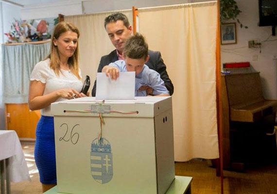 A Jobbik elnöke az utóbbi időben előszeretettel mutatkozik kölyökkutyákkal és bocikkal, és nyilvános családi albuma is szépen gyarapodik.