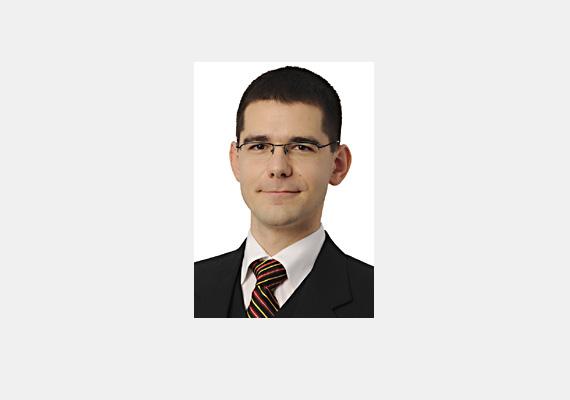 A jobbikos képviselő, Novák Előd kizárólag középfokú végzettséggel rendelkezik, de legalább az angolt is középfokon beszéli.