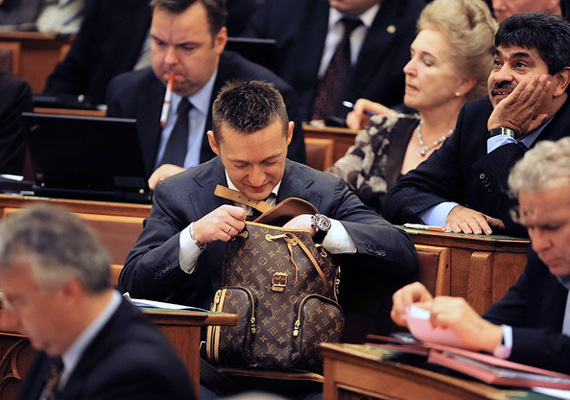 És egy másik hátizsák. Az egy dolog, hogy bizonyos márkák státusszimbólumot jelentenek bizonyos embereknek, de a Louis Vuitton hátizsákkal nemcsak az ára volt a gond, hanem az is, hogy borzalmasan csúnya.