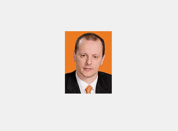 A kormánypárti Hirt Ferenc 1985-ben szerzett szakmunkás-bizonyítványt a szekszárdi Ipari és Szakmunkásképző Iskolában. Ezután villanyszerelőként dolgozott egészen 1991-ig, amikor saját gépjármű-kereskedelmi és szervizeléssel foglalkozó vállalkozásokat indított. A 2006-os országgyűlési választásokon szerzett mandátumot.