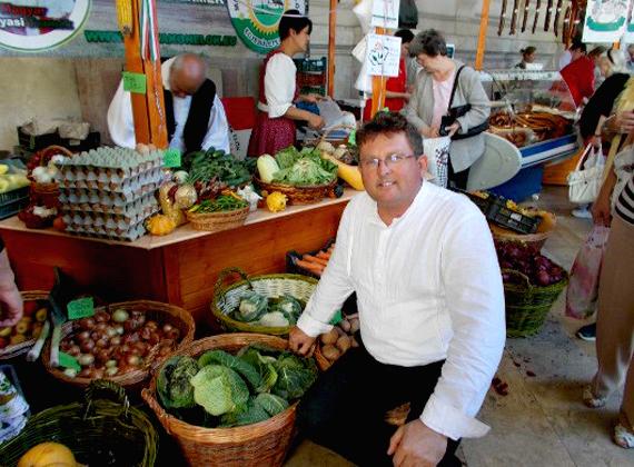 A május eleje óta független országgyűlési képviselő Balogh József Kecskeméten tett mezőgazdasági gépszerelői szakvizsgát a 607. számú Ipari Szakmunkásképző Intézetben.1989 óta a Független Kisgazdapárt, majd a Fidesz politikusaként tevékenykedett.
