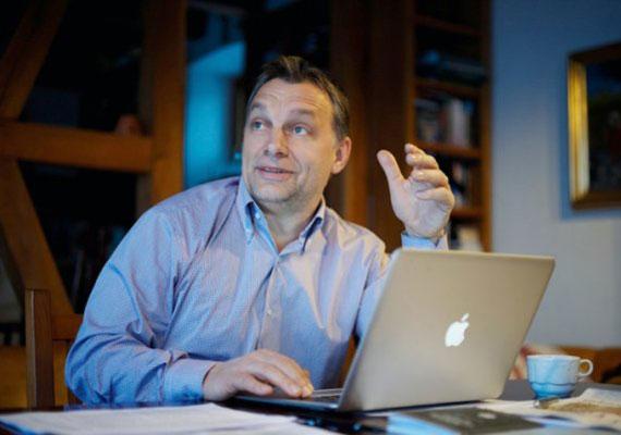 Orbán Viktorról az a pletyka járja, hogy nincs nagy barátság közte és a számítógépek közt. Korábbi cikkünkben láthattad, hogy a kormányfő asztalán a telefon képviseli a technika csúcsát, bár ez lehet esztétikai megfontolás eredménye is. Az biztos, hogy nem gyakran fotózzák laptoppal, okostelefonnal vagy bármilyen kütyüvel. Így találhatta ki a valóságtól elrugaszkodott internetadót.