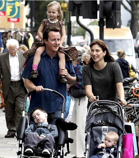 David Cameron  David Cameron az Egyesült Királyság miniszterelnöke. Samantha Gwendoline Sheffieldet 1996-ban vette feleségül, házasságukból négy gyermek született.  A legidősebb - balra -, a 2002-ben többszörös rendellenességgel született Ivan Reginald Ian 2010-ben meghalt. Kisebbik fiuk, Arthur Elwen 2006-ban, két lányuk, Nancy Gwen és Florence Rose Endellion pedig 2004-ben, illetve 2010-ben született.
