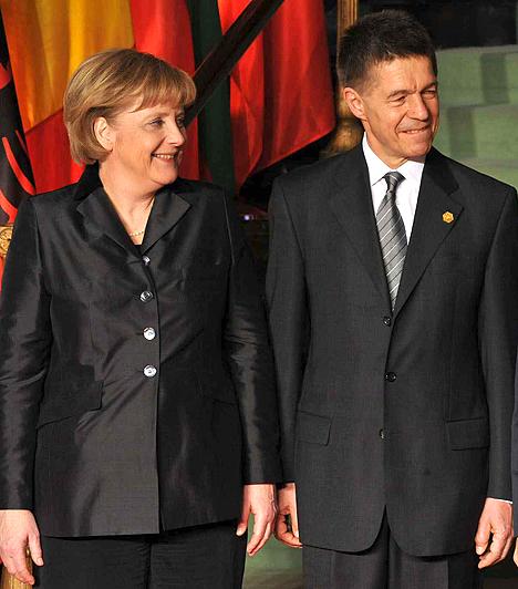 Angela MerkelNémet kancellár, aki kétszer ment férjhez, 1977 és 1982 között Ulrich Merkel felesége volt, akinek még a nevét is felvette.1998-ban a képen látott Joachim Sauerrel kötött házasságot. Merkelnek nincs gyermeke.