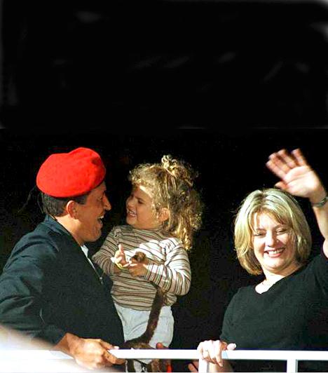 Hugo Chávez  A Venezuelai Köztársaság elnöke, aki kétszer nősült, a képen második feleségével látható, akitől már azóta elvált.  Második feleségétől egy kislánya született, Rosinés. Előző feleségétől három gyermeke született, Rosa Virginia, María Gabriella és Hugo Rafael.