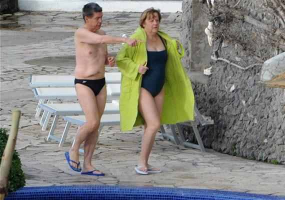 Angela Merkel, ahogy a politikában, a strandon sem szereti a hivalkodást. Nem játszik a színekkel, nem keresi a legújabb trendet, megelégszik a legegyszerűbb választással, egy egyrészes fürdőruhával. Sok mindent nem is tereget ki magánéletéről a kancellár, így ez a fotó is tekinthető egyedinek.