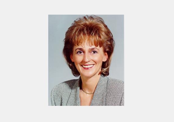 Ne felejtsük el a volt MDF-es igazságügy-miniszter asszonyt. A képen látható tupírtündér-frizura akkoriban nem volt egyedülálló látvány a nőkön.