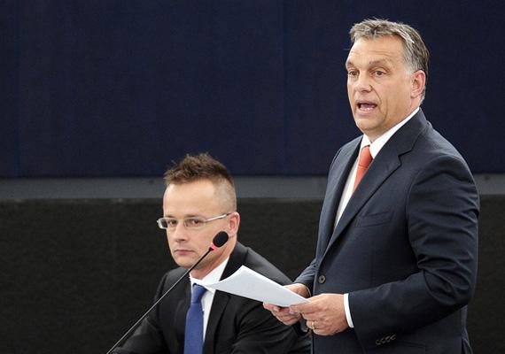 A fideszes Szijjártó Péter lehet, maga sem szomorkodik máson, mint a balul elsült új frizuráján, amit még Orbán Viktor szavai sem tudnak felülírni.