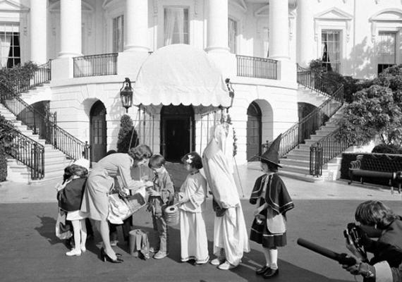 A first lady, Betty Ford köszönti a beöltözött gyerekeket a Fehér Ház kertjében 1974 októberében.