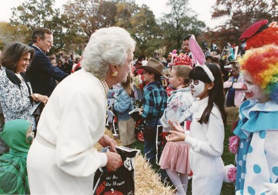 Halloween-parti 1989-ben a Fehér Ház kertjében Geroge és Barbara Bushsal. Nemcsak csokival kínálták a gyerekeket, hanem a drogok veszélyeire is felhívták a figyelmüket.