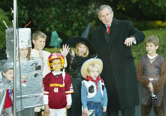 George Bush amerikai elnök 2002-ben beöltözött gyerekekkel pózol Halloween alkalmából.