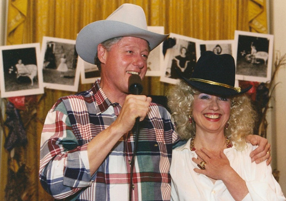Bill és Hillary Clinton az 1995-ben rendezett Halloween-bulin country-western énekesnek öltözve. A partin a first lady születésnapját is megünnepelték.