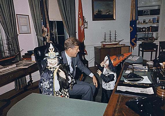 John Kennedy Jr. a Fehér Ház ovális irodájában 1963. október 31-én.