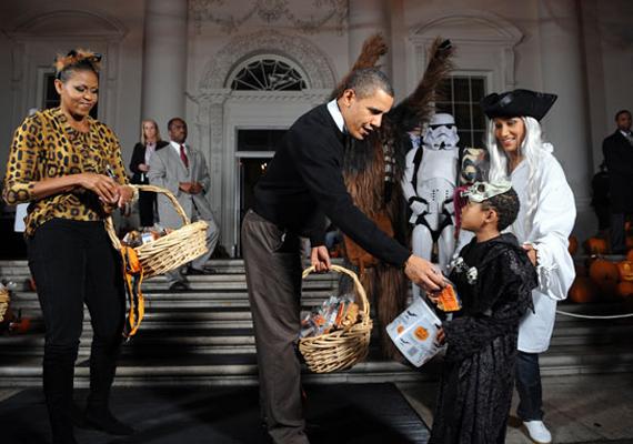 A jelenlegi amerikai elnök, Barack Obama és felesége, Michelle cukorkát osztogat a gyerekeknek a Fehér Ház kertjében 2009-ben, Halloween alkalmából.