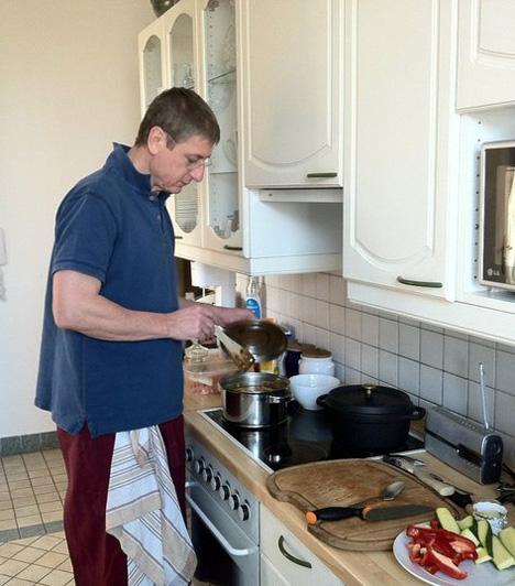 Kreatív vénaA Demokratikus Koalíció elnöke, Gyurcsány Ferenc elmondása alapján sokat segít a feleségének a konyhában, és nagyon szeret főzni. Emellett gyerekkorától kezdve szívesen bőrdíszműveskedik. A Magyar Amatőr Bőrdíszművesek Szövetsége tiszteletbeli elnökké választotta az ex-miniszterelnököt.