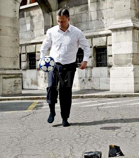 Az örökös fociAkár azt is lehetne mondani, hogy a miniszterelnök, Orbán Viktor hobbija a levelezés, de nem. Ő is a focit szereti, ahogy múlik az idő, láthatóan csak nézni.