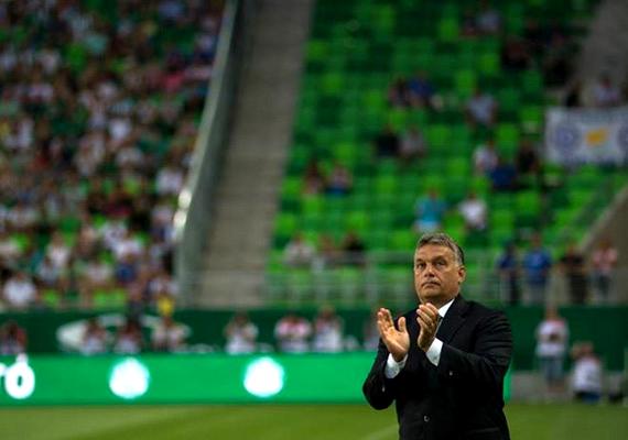 Orbán Viktor a tavalyi évben töltötte fel a Facebook-oldalára ezt a képet, amelyen az újjáépített Albert Flórián Stadionban tapsol. A kormányfő nagyon szereti a focit: ugyan mostanában már nem űzi ezt a sportot, de korábban tagja volt a Felcsút FC csapatának. Nézd meg galériánkat is a szenvedélyéről!