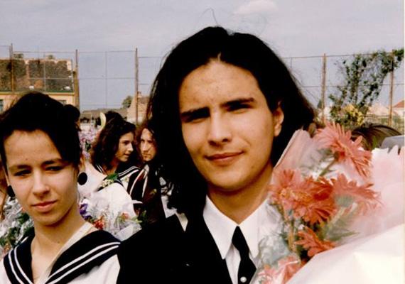 Az MSZP elnöke, Mesterházy Attila nemrég osztotta meg ezt a fiatalkori képet Facebook-oldalán magáról. A kép a veszprémi Lovassy László Gimnáziumban készült.