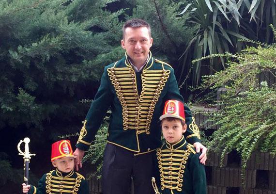 Rogán Antal az utóbbi hónapokban feltűnően inaktív a közösségi médiában, így aki a Fidesz-frakcióvezető oldaláról tájékozódna, nem tudhat meg sok mindent róla. Még nyaralós képet sem posztol, bár a parlament még tart, így aligha kapta meg a kimenőjét, egy hétvégi strandolás egy-két éve ilyenkor már azért bőven belefért. A hőség nem kedvezhet a frakcióvezető telefonjának és számítógépének, ugyanis május végén posztolt utoljára, ráadásul az akkor feltöltött videót a Youtube-ról azóta törölték, így már meg sem lehet nézni.